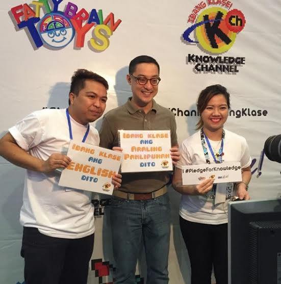 ABS-CBN president Carlo Katigbak makes a pledge for knowledge with the KCh team