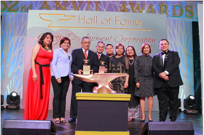 EDC CFO Nestor Vasay and VP for Finance Erwin Avante (3rd and 4th from left) receive the Anvil Hall of Fame for the EDC annual reports and the Anvil Gold Award Binhi Tree for the Future project. Also in photo are (l-r) Anvil chair Rochelle Gamboa, EDC Corporate Communications specialist Frances Ariola, CSR program specialist Ronino Gibe, CSR head Tracy Peralta, Corporate Communications specialist Ivy Henson, Corporate Communications head Toni Nieva and PRSP president Ron Jabal