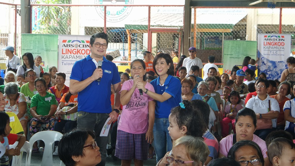 Julius Babao and Bernadette Sembrano are the bearers of treats and gifts for residents of Brgy. Sta. Ana