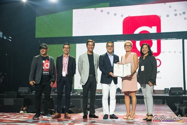 "The Honourable Kathleen Wynne, Premier of the Province of Ontario (5th from left), presents a scroll to the officers of ABS-CBN (left to right): ABS-CBN Global Head of Events Ricky Resurreccion, ABS-CBN Country Manager for Canada Jun Del Rosario, COO of ABS-CBN Global Raffy Lopez, President and CEO of ABS-CBN Corporation Carlo Katigbak, and ABS-CBN Managing Director for North America Olivia De Jesus. Per Premier Wynne, ""Ontario's Filipino population is so important to our province. I had such a great time celebrating ABS-CBN's 10th anniversary in Canada with them."" (Photo courtesy of Red Andal.)"