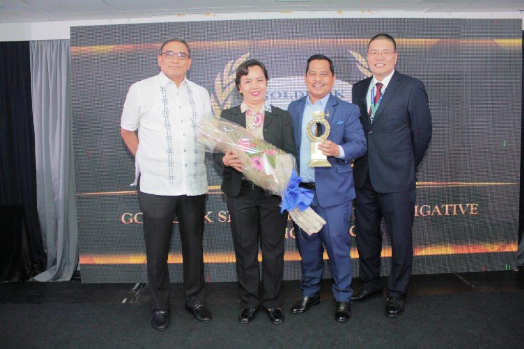 Goldlink president Crispin Dantes (2nd from right) and staff director for Admin/Operations Estella Ramos (3rd from right) accept the TAP award from Maynilad president Ramon Fernandez (leftmost) and Corporate Logistics head Arturo Celso Baranda (rightmost)