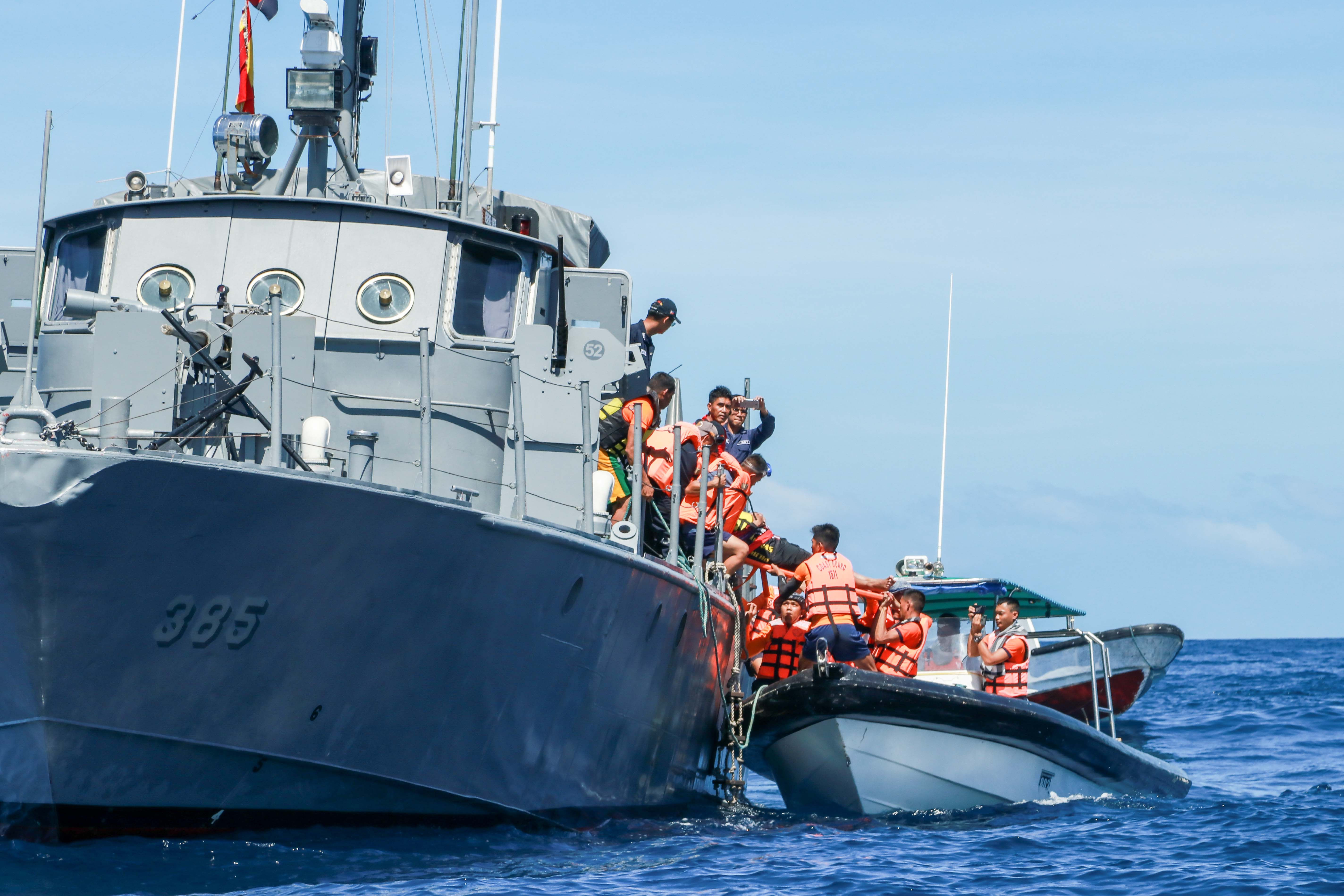 In the first scenario, volunteers aboard a speedboat of Ten Knots transfer a 'victim' to a navy vessel