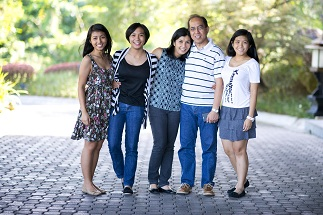 Dr. Art abd Vickie de Guia with their daughters Chrissie, sabrina and Abbey