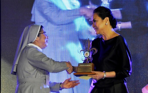 ABS-CBN president and CEO Charo Santos-Concio receives her Fleur-de-lis Award from St Paul University Manila President Sister Ma. Evangeline Anastacio