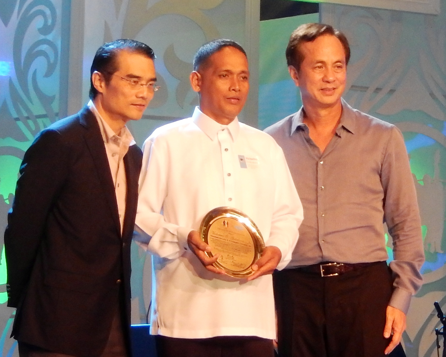 "Security Officer Victorino Gubalane of Silver Link Security and Investigative Services Inc. accepting the Yolanda Hero Award from Mr. Eugenio Gabby Lopez and Mr. Federico ""Piki"" Lopez"