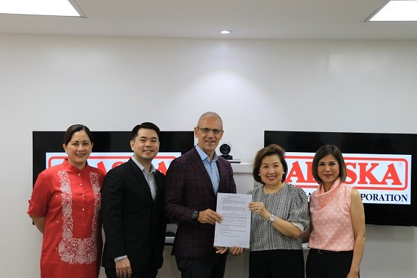 ALKFI managing director Susan Afan and Bantay Bata 163 program director Jing Castañeda (4th and 5th from left) with Alaska Milk officials during the agreement signing