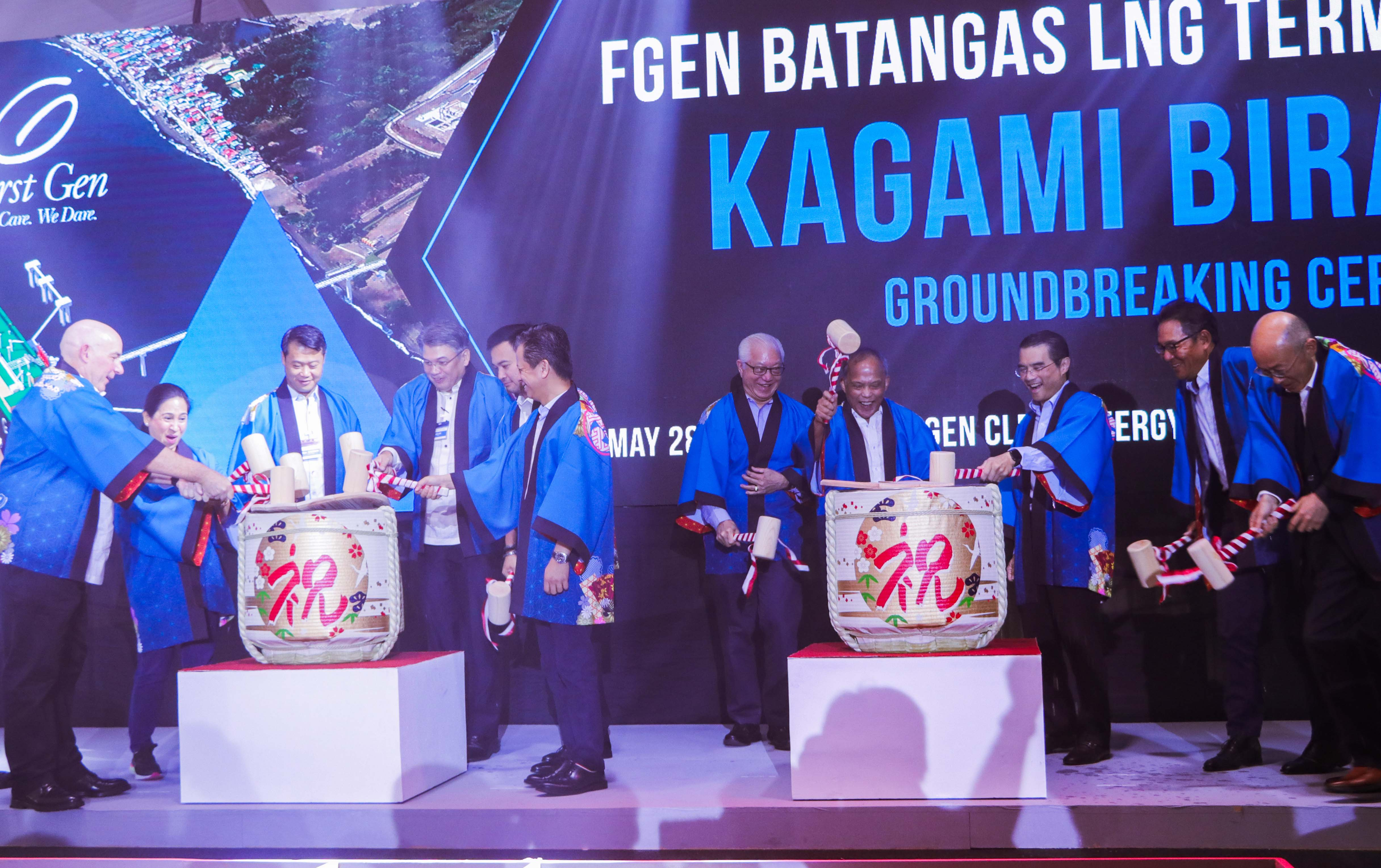 Top government officials led by Energy Sec. Alfonso Cusi (8th from left) join counterparts from FGEN LNG led by chairman Federico R. Lopez (9th from left) in opening two casks of sake during the kagami biraki. Also in photo are (from left) Jonathan Russell, First Gen EVP and chief commercial officer; Beverley Rose Dimacuha, Batangas City mayor; Sen. Sherwin Gatchalian, chairman of the Senate Energy Committee; Giles Puno, First Gen president and COO; Rep. Lord Allan Velasco, chairman of the House Committee on Energy; Rep. Mario Vittorio Marino, Fifth District of Batangas; Hermilando Mandanas, Batangas governor; Makoto Iyori, minister for economic affairs of the Embassy of Japan; and Kunio Nohata, Tokyo Gas senior managing executive officer