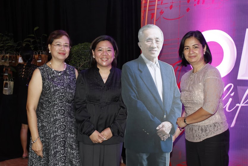 Organizing committee head Beth Canlas (left) with Shirley Hombrebueno and Ilene Estrada with a standee of OML