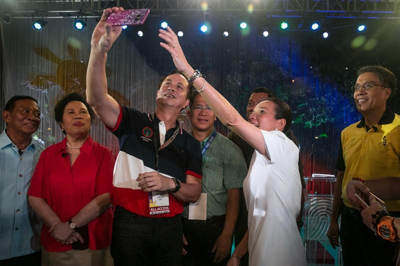 "EL3 takes a ""groufie"" with the presidential candidates as KBP chair Herman Basbaño looks on"