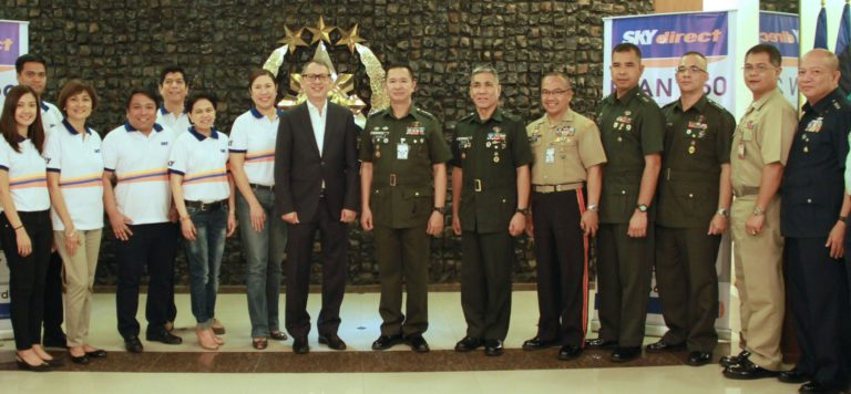 SKY's Angielyn Avila, Lito Mapolon, Arlene Torres, Alan Supnet, Ed Pahate, Eloi Balmoris, Jaja Suarez and March Ventosa with AFP officials led by Lt. Gen. Glorioso Miranda, BGen. Arnold Andales, Col. Arnulfo Rafanan, Col. Jose Benavidez, Col. Vener Odillon Mariano, Cdr. Gualterio dela Cruz and Col. Gerso Lopez