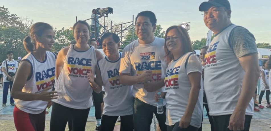 ABS-CBN head of Integrated News and Current Affairs Ging Reyes (2nd from right), together with (from right) Jorge Cariño, Jeff Canoy, Gus Abelgas, Chiara Zambrano and Dyan Castillejo, led participants in the obstacle fun run