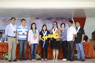 EDC president Ricky Tantoco, Sorsogon Gov. Robert Rodrigueza, Vice President Leni Robredo, Rockwell Land CSR manager Vicky Riosa and Department of Education officials
