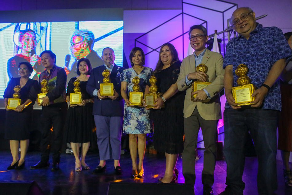 The six Glory awardees from ABS-CBN (from right)—Boo Chanco, Fernando Sepe Jr., Michelle Fe Santiago, Ces Oreña-Drilon, Monchet Olives and Linggit Tan-Marasigan—with director Chito Roño and Asian Center for Journalism's Luz Rimban