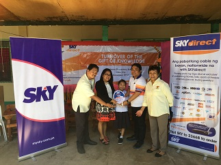 Alan Supnet of SKY Cable Corporation (4th from left) leads the turnover of SKYdirect kits, with (l-r) Dino Cuyag of DepEd, Judith Alberca of Bulacao Elementary School, student Jersey Anne Cabañero and Doris Nuval of Knowledge Channel