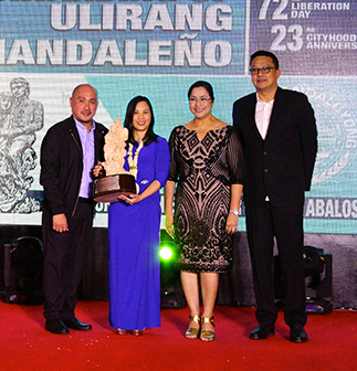 Awardee Rina Lopez-Bautista with Vice Mayor Anthony Suva, Mayor Menchie Abalos and past Ulirang Mandaleño awardee Vergel Meneses