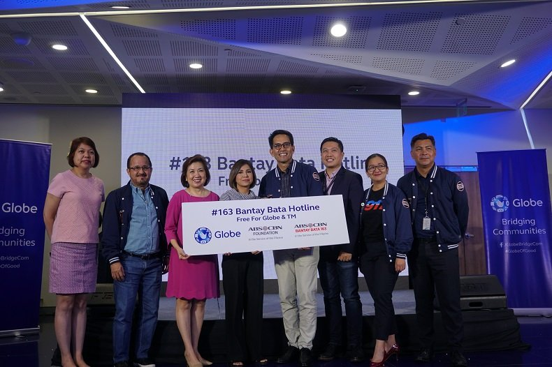 ALKFI managing director Susan Afan and Bantay Bata program director Jing Castañeda (3rd and 4th from left) with Globe chief commercial officer Alberto de Larrazabal (2nd from left) and Globe employees