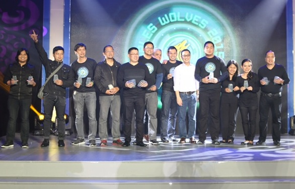 Katigbak and SKYCOO Ray Montinola pose with the Sales awardees