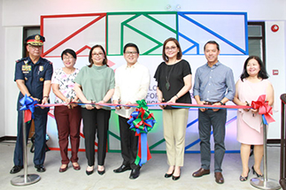 Mark Lopez, ABS-CBN University president Charo Santos-Concio, Mayor Herbert Bautista, ABS-CBN COO for broadcast Cory Vidanes and DepEd division superintendent Elizabeth Quesada, flanked by PNP QC superintendent Gen. Joselito Esquivel and ELJ CMA principal Janet Dionio, cut the ribbon on the new school