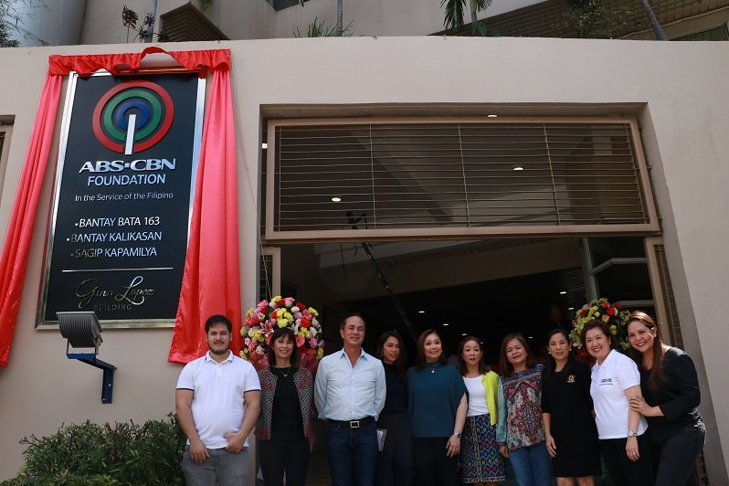 L-R: Bapi Lopez Roy, son of Gina Lopez; Roberta Lopez-Feliciano, sister of Gina Lopez; Eugenio Lopez III, ABS-CBN chairman emeritus; Karen Coloma, Licensing head; Cory Vidanes, COO-Broadcast; Cedie Lopez Vargas, member of the ALKFI board of trustees; Ging Reyes, ABS-CBN Integrated News & Current Affairs head; Rina Lopez Bautista, KCFI president; Susan Afan, ALKFI managing director; and Dr. Maria Luisa Puyat, member of the ALKFI board of trustees