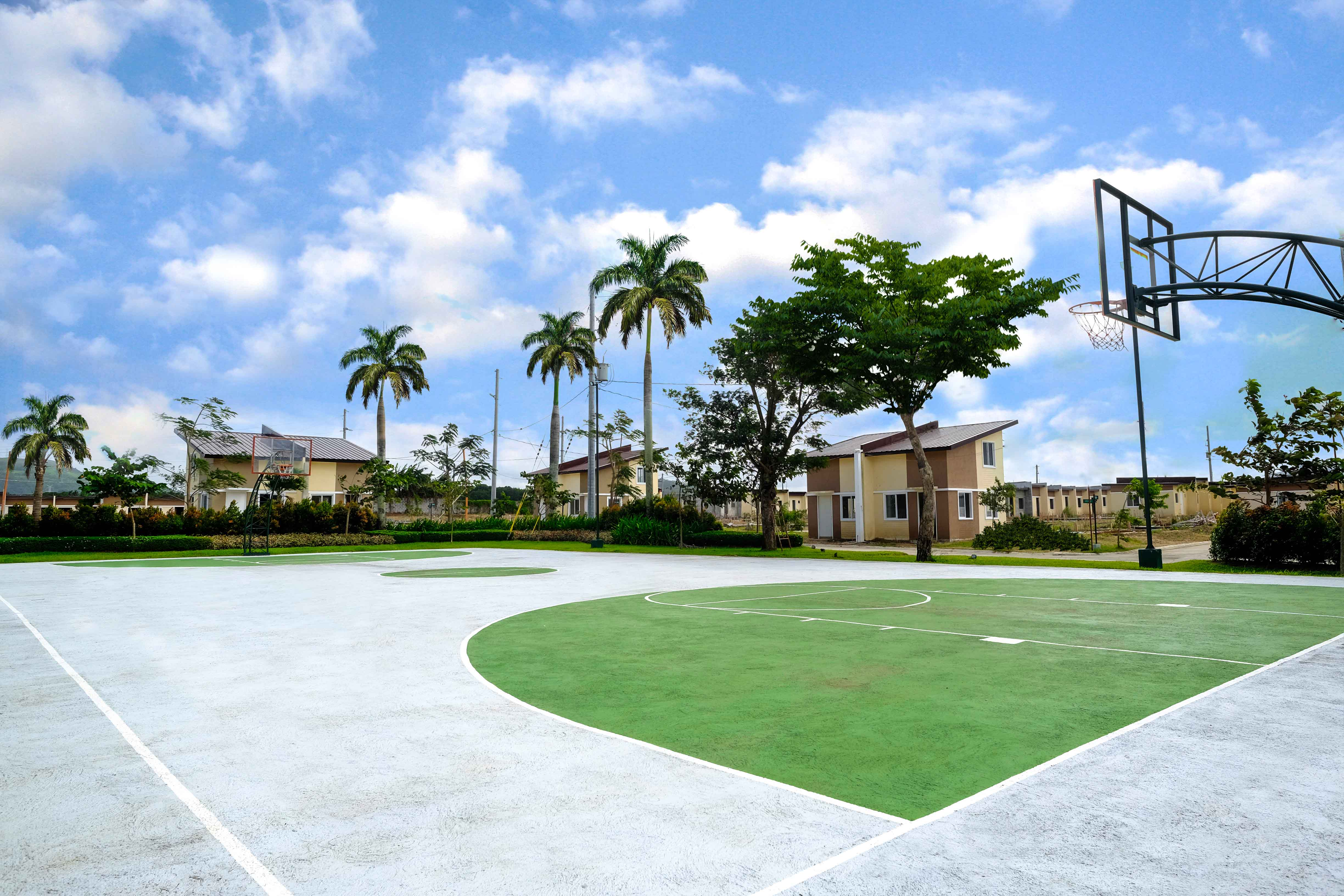 Basketball court of Stonewell Acacia Homes